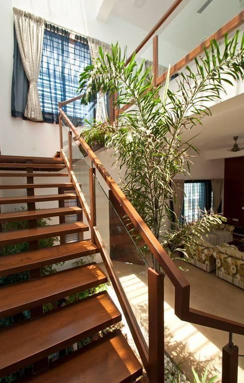 mr sajeev kumar s residence at girugambakkam, near m.i.o.t hospital, chennai ,tamilnadu:  Corridor & hallway by Muraliarchitects
