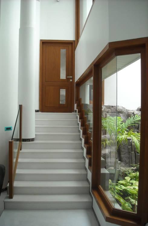 DR.BALAMURUGAN RESIDENCE:  Windows by Muraliarchitects