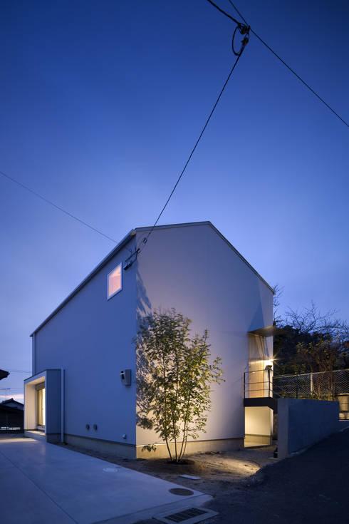 外観(夜景): プラスアトリエ一級建築士事務所が手掛けた家です。