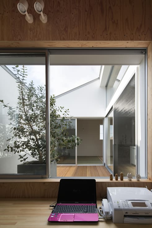 ワークスペース: プラスアトリエ一級建築士事務所が手掛けた書斎です。