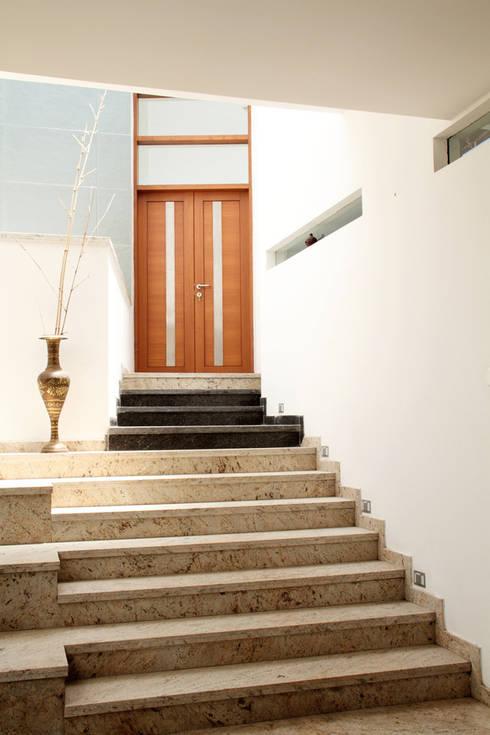 RESIDENCE FOR MRS. & MR. VASUKI RAJAGOPALAN:  Corridor & hallway by Muraliarchitects