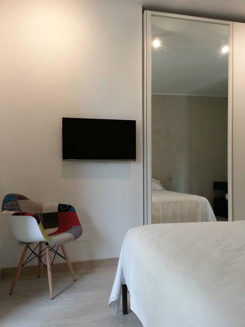 camera da letto: Camera da letto in stile  di studio radicediuno