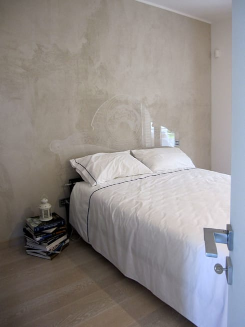 letto: Camera da letto in stile in stile Eclettico di studio radicediuno