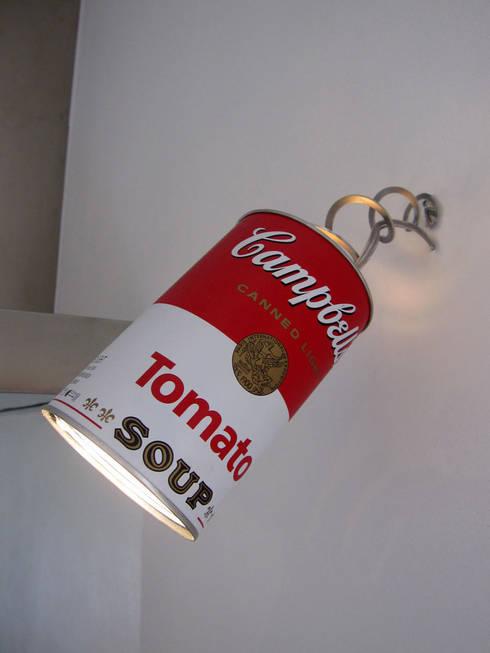 lampada a parete: Cucina in stile in stile Eclettico di studio radicediuno