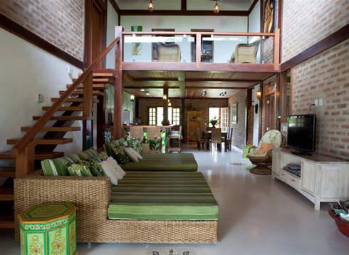 Residência Outeiro: Salas de estar tropicais por Cria Arquitetura