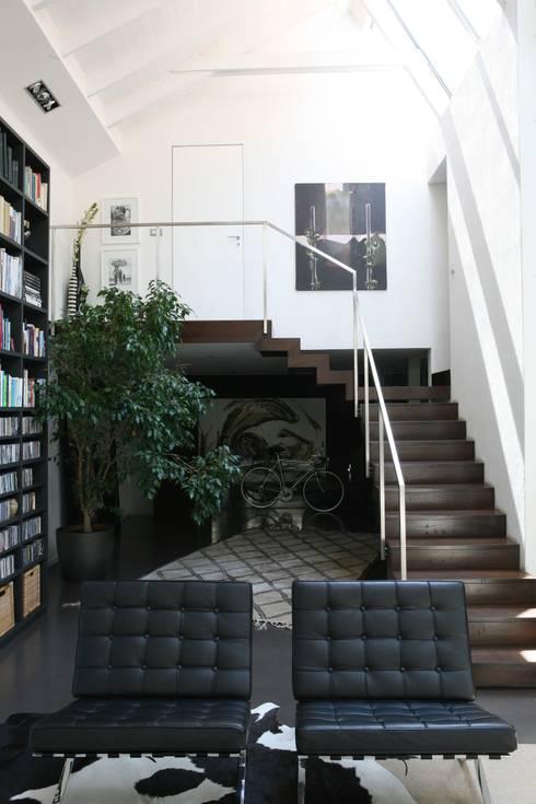 Loft a Milano: Ingresso & Corridoio in stile  di Karin Künzli