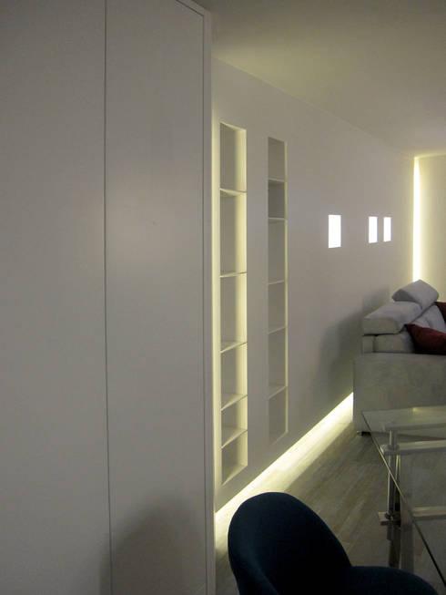 particolare della parete attrezzata: Sala multimediale in stile  di studio radicediuno
