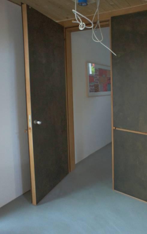 Faserzement und Holz:  Fenster von Blindow möbel+raum