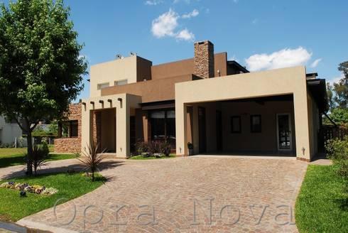 Fachada Frente: Casas de estilo moderno por Opra Nova
