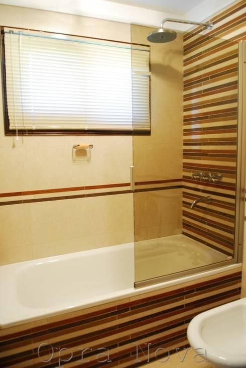 Baño PB: Baños de estilo  por Opra Nova