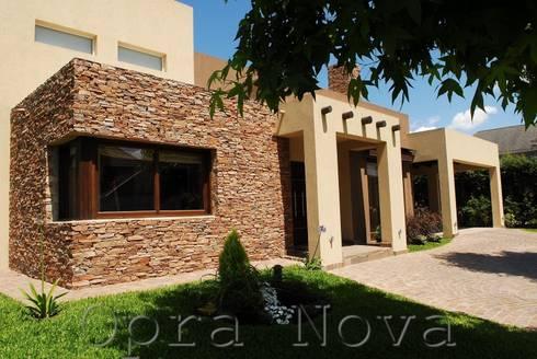 Fachada Exterior: Casas de estilo moderno por Opra Nova