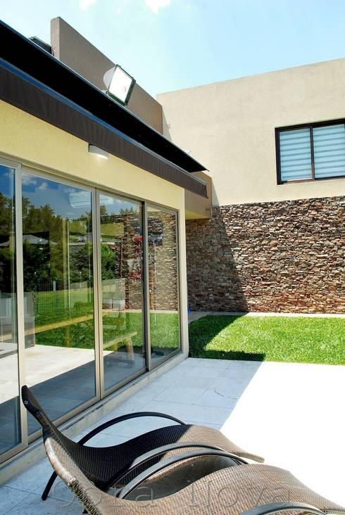Exterior: Casas de estilo  por Opra Nova - Arquitectos - Buenos Aires - Zona Oeste