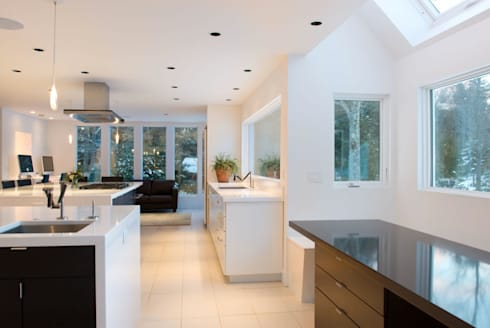 Knights Hill: Cocinas de estilo moderno por InteriorEs Silvana McColgan