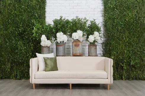 Sofá Capitoneado Blanco: Salas de estilo clásico por Elemento Tres