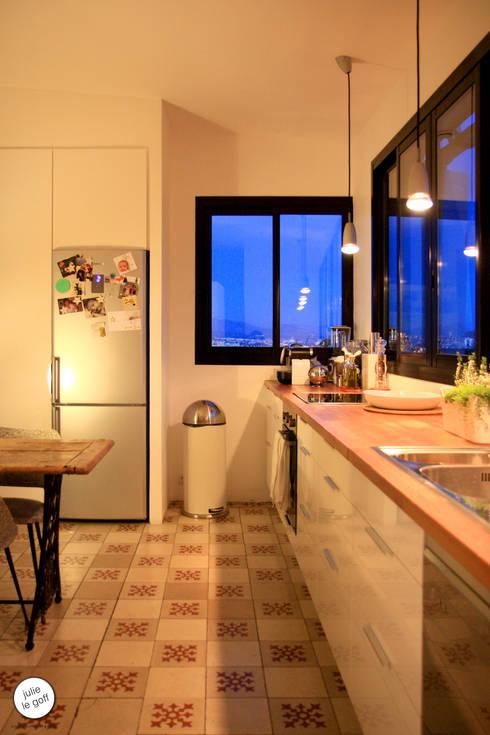 Réhabilitation de maison individuelle: Cuisine de style de style Moderne par Julie Le Goff