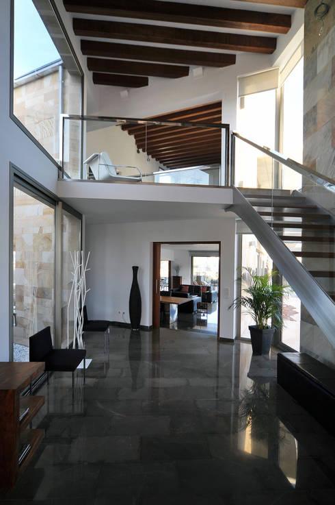 Vestíbulo de acceso y distribución: Pasillos y vestíbulos de estilo  de Chiarri arquitectura