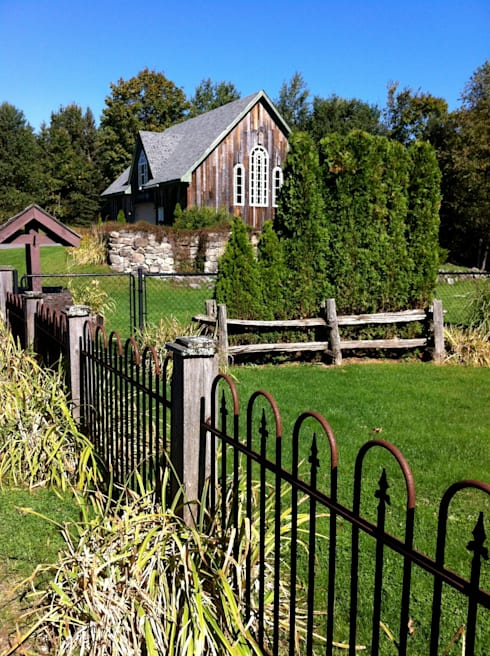 Country Farmhouse Exterior: Maisons de style  par Kathryn Osborne Design Inc.