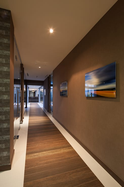 Pasillos y recibidores de estilo  por UNUO Interiorismo