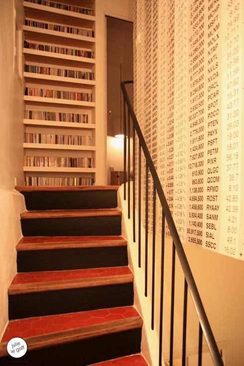 Réhabilitation de maison individuelle: Couloir et hall d'entrée de style  par Julie Le Goff