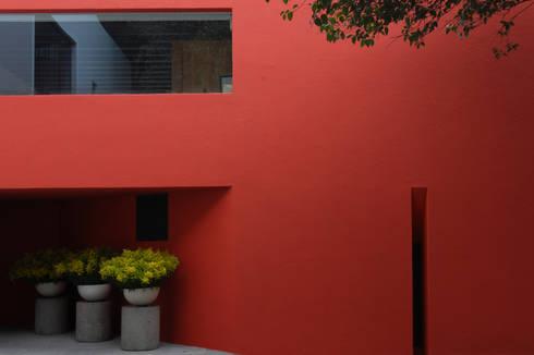 Casa Roja: Casas de estilo ecléctico por BOSCO ARQUITECTOS SC