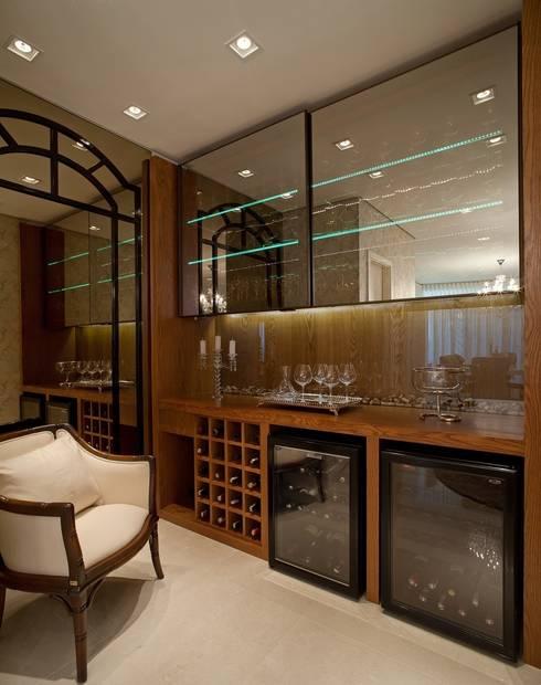 Clássico ao Luxo: Adegas  por Mariane e Marilda Baptista - Arquitetura & Interiores