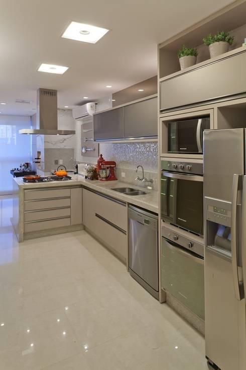 Nhà bếp by Mariane e Marilda Baptista - Arquitetura & Interiores