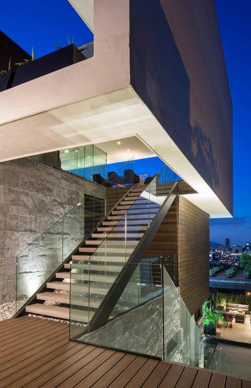 Casa MT: Pasillos y recibidores de estilo  por GLR Arquitectos