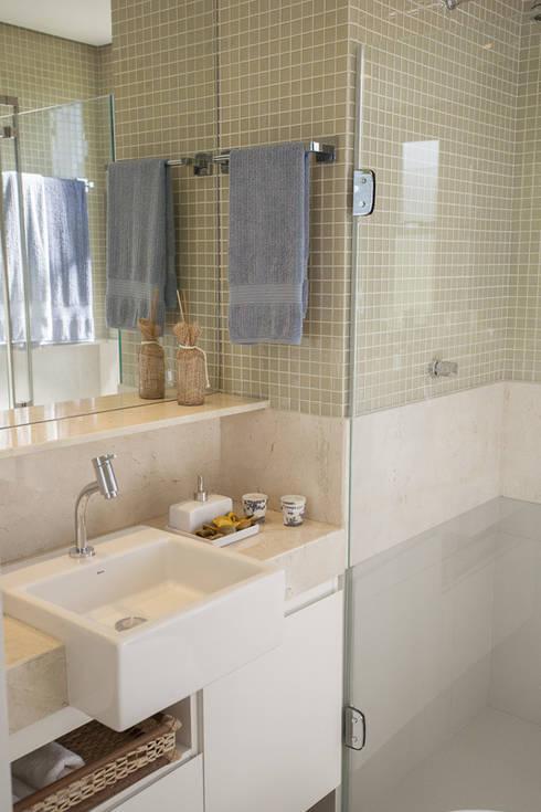 Condominio Laffite: Banheiros ecléticos por POCHE ARQUITETURA