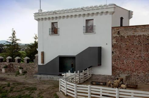 Fachada y acceso a Sala de Juegos: Casas de estilo minimalista por Weber Arquitectos