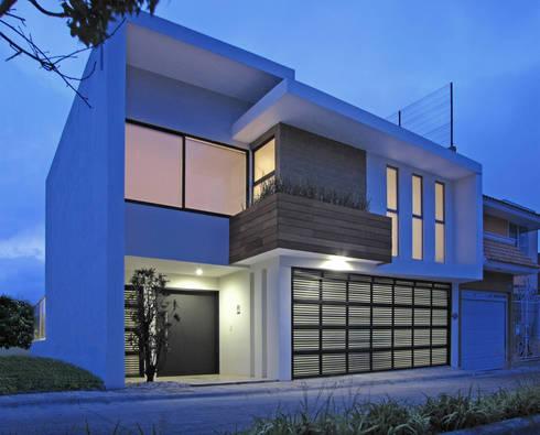 Fachada Principal: Casas de estilo moderno por Estudio Meraki