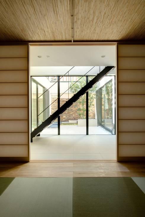 和室から中庭をのぞむ: TERAJIMA ARCHITECTSが手掛けた和室です。