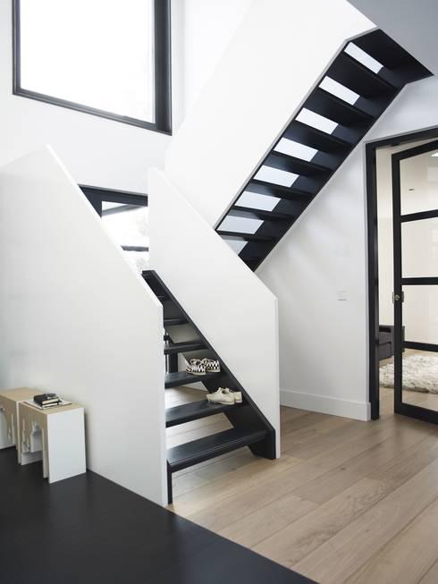 ระเบียงและโถงทางเดิน by ENZO architectuur & interieur