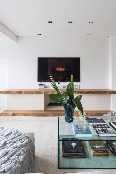 ED HOUSE: Salas de estar minimalistas por Estúdio LAFLORENCE.