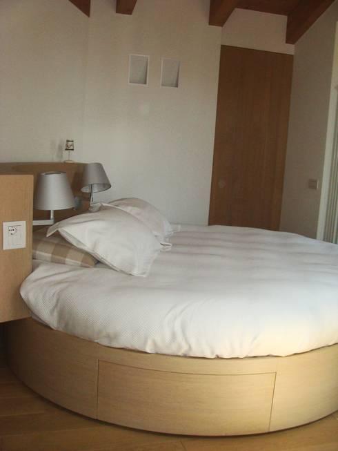Letto girevole rotondo: Camera da letto in stile in stile Moderno di Architetto Stefania Colturi