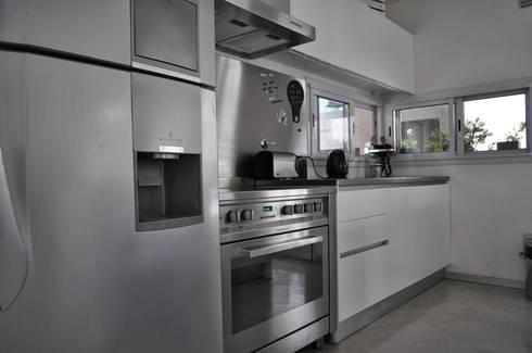 Casa 320: Cocinas de estilo moderno por Baltera Arquitectura