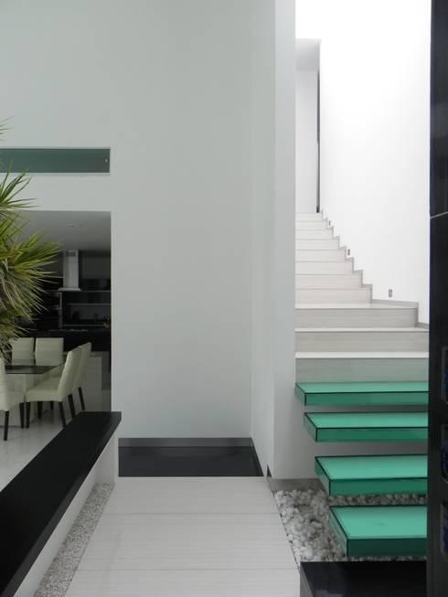 Corridor & hallway by ARKIZA ARQUITECTOS by Arq. Jacqueline Zago Hurtado