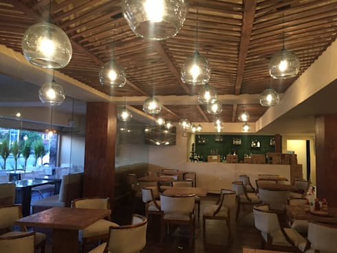 dentro del bar:  de estilo  por TIKUS MEXICO