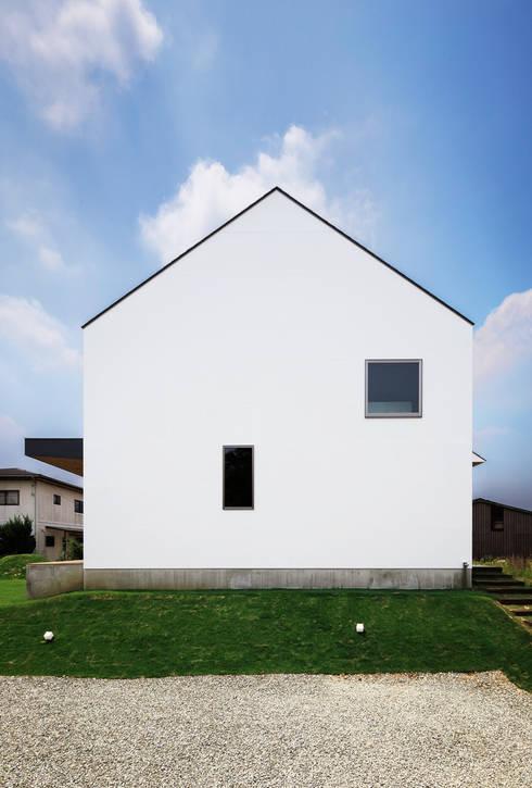 Casas de estilo escandinavo por 一級建築士事務所haus