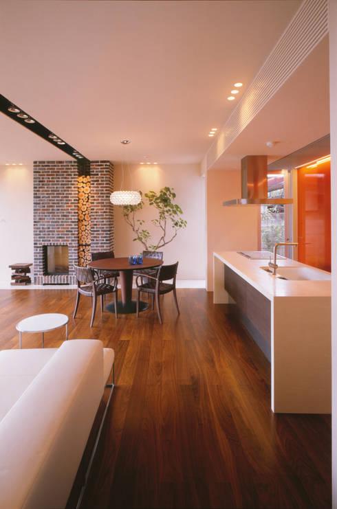 LDK  | 百日紅の家 | RC造高級注文住宅: Mアーキテクツ|高級邸宅 豪邸 注文住宅 別荘建築 LUXURY HOUSES | M-architectsが手掛けたリビングです。