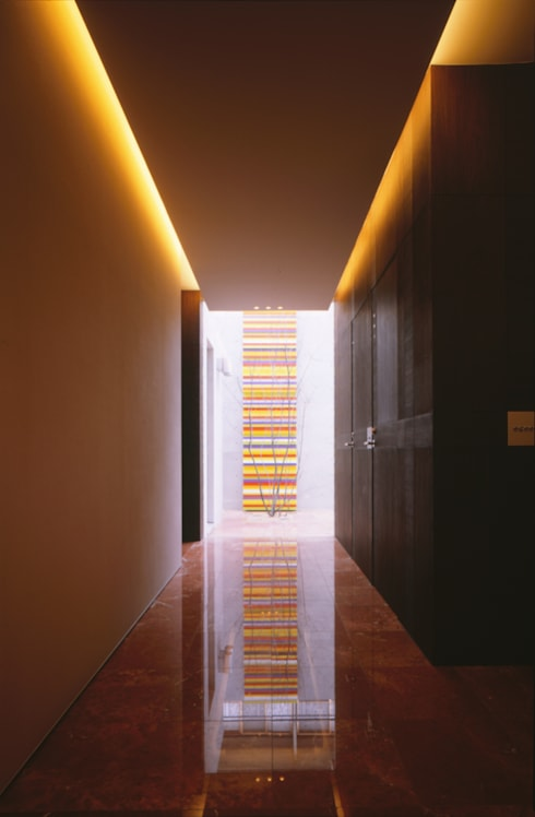 ENTRANCE  | 百日紅の家 | RC造高級注文住宅: Mアーキテクツ|高級邸宅 豪邸 注文住宅 別荘建築 LUXURY HOUSES | M-architectsが手掛けた廊下 & 玄関です。
