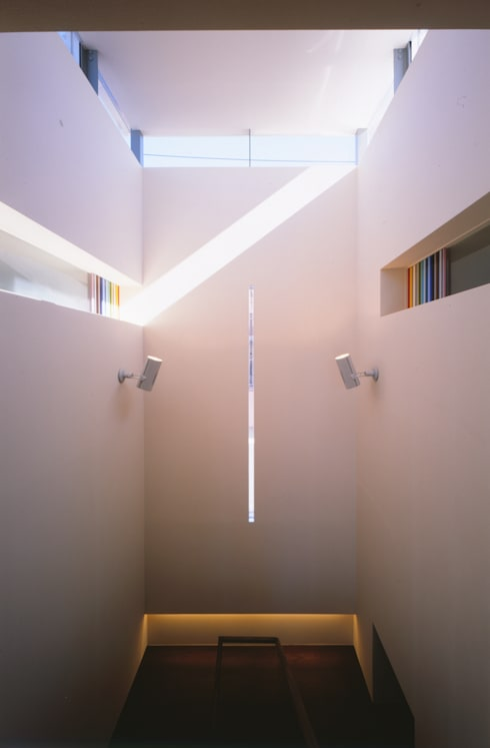 STAIRCASE  | 百日紅の家 | RC造高級注文住宅: Mアーキテクツ|高級邸宅 豪邸 注文住宅 別荘建築 LUXURY HOUSES | M-architectsが手掛けた廊下 & 玄関です。