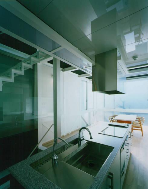 キッチンからリビングダイニングを見る: 原 空間工作所 HARA Urban Space Factoryが手掛けたキッチンです。