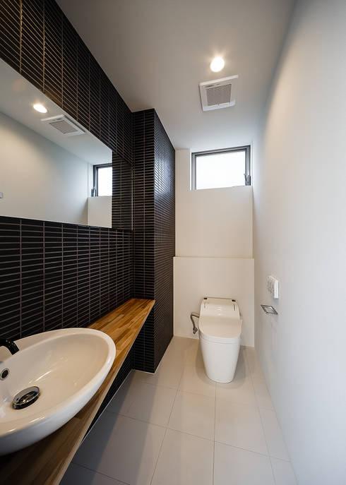 Baños de estilo  por 一級建築士事務所haus