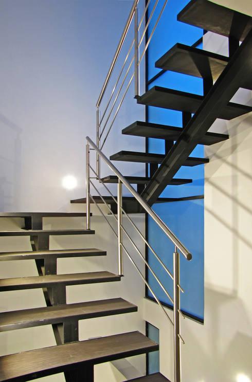 Vista Interior- Detalle de Escalera: Pasillos y recibidores de estilo  por Estudio Meraki
