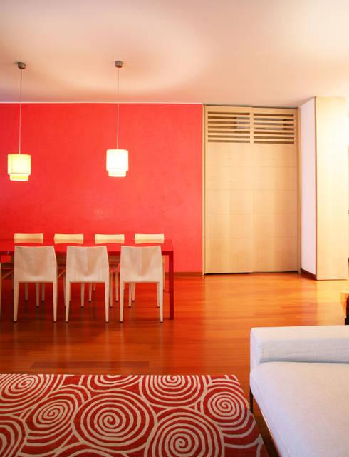 casa rossa: Soggiorno in stile  di isabella maruti architetto