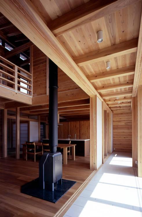 縁側土間スペース: HAN環境・建築設計事務所が手掛けたサンルームです。