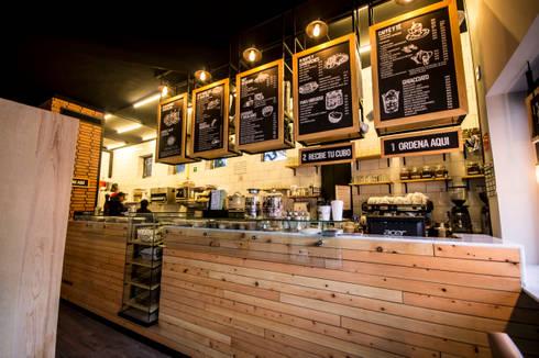 Espresso Giornale Cafe Santa Fe: Restaurantes de estilo  por Metro arquitectos