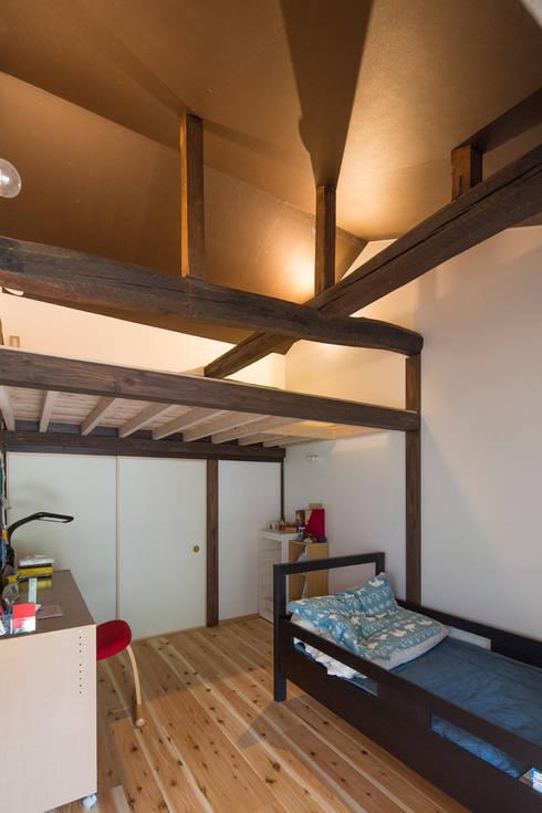 築100年の古民家再生 子供室のロフト: 【快適健康環境+Design】森建築設計が手掛けた子供部屋です。