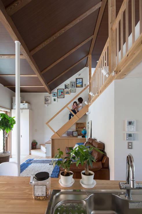 横浜の二世帯住宅 吹抜けと階段: 【快適健康環境+Design】森建築設計が手掛けた廊下 & 玄関です。