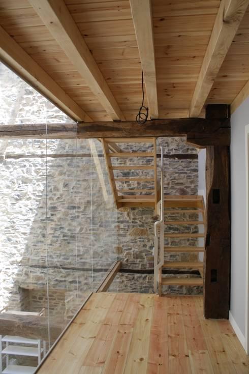 Pasillos y recibidores de estilo  por Lidera domÉstica